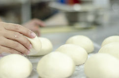 Räcker knåda bröddeg Arkivfoto