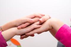 Räcker lilla flickan, som väver, korsade händer, att trycka på för händer Arkivfoton