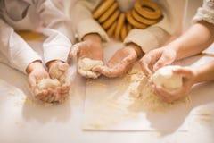 Räcker närbild av lyckliga unga barn i form av en kock för att laga mat ett läckert Arkivfoton