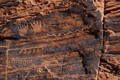 Räcker petroglyphs på röd sandsten Royaltyfria Foton