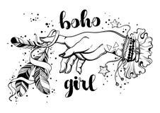 Räcker utdragna bohemiska flickor för hand med amuletter som rymmer magiska fjädrar Boho chic stil, bohoflicka Högt detaljerat ve arkivbild
