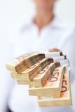 räckt bunt för sedlar euro till dig Arkivfoton