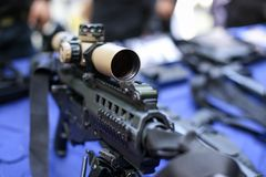 Räckvidd på ett taktiskt anfallgevär arkivfoto