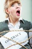 Rädd affärskvinna som är destinerad vid avtalsuttryck Royaltyfria Bilder