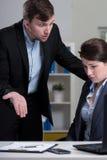 Rädd kvinnlig anställd Arkivbild