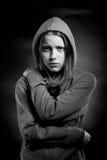 Rädd tonårig flicka i huv Arkivbild