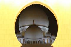 Räddningnedladdningförtitt ABU DHABI UAE - Juni 5 är Shaikh Zayed Mosque på November 5 2017 i Abu Dhabi This den största moskén Fotografering för Bildbyråer