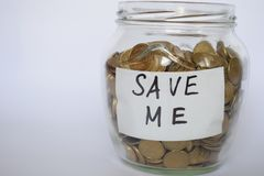 Räddningpengar, mynt i ett piggy på en ljus bakgrund, investeringbegreppet, inskrift sparar mig arkivfoto
