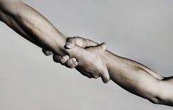 Räddningsaktion, hjälpande gest eller händer rym starkt Två händer, portionhand av en vän Handskakning armar, kamratskap royaltyfri bild