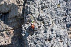 Räddningsaktion i berget av Dolomites Arkivfoto