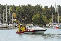 Räddningsaktion Ingrid af Slättö som hjälper fritidfartyget Sverige royaltyfri foto