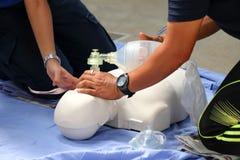 Räddningsaktion och CPR som utbildar till första hjälpen Arkivfoton
