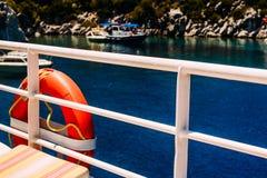 Räddningsaktioncirkel på en yacht i havet fotografering för bildbyråer