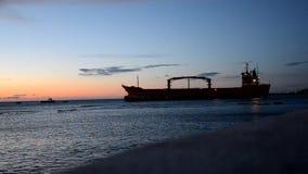 Räddningsaktioner av lastfartyget stock video