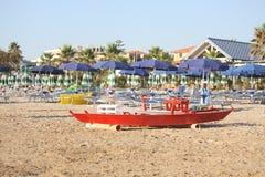 Räddningsaktionfartyg på en ensam strand Arkivfoton