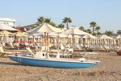 Räddningsaktionfartyg på en ensam strand Royaltyfria Foton