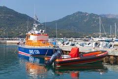 Räddningsaktionfartyg som förtöjas i Propriano, Korsika Arkivfoton