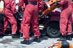 Räddningsaktionfunktion efter en bilkrasch royaltyfri foto