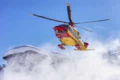 Räddningsaktionhelikopter i berg Arkivfoton