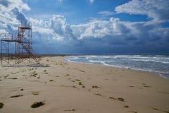 Räddningsaktiontorn på havsstranden arkivfoto