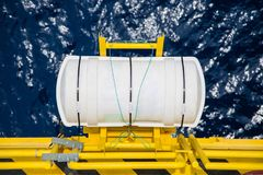 Räddningsflotte med den manuella uppblåsbar för att nöd- bruk ska fly på den frånlands- fossila bränslenplattformen Arkivbilder