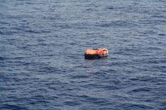 Räddningsflotte på drift på havet Arkivbild