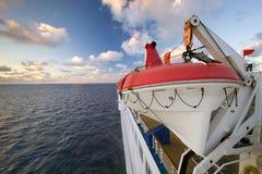 Räddningsflotte på sidan av ett kryssningskepp. Arkivbild