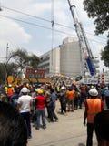 räddningsmanskap som hjälper i avenidaen Medellin under Mexico - stadsjordskalv Arkivbild