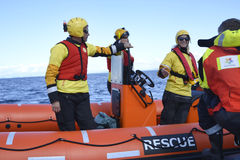 Räddningsmanskapet för armar för spanjorNGO Proactiva den öppna Arkivfoto