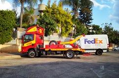 Räddningstjänster som bogserar bilen i Israel Royaltyfria Bilder