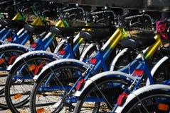 Räder auf einer Reihe der Fahrräder Stockfotos