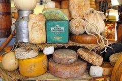 Räder des reifen Käses auf dem Stand. Stockfoto