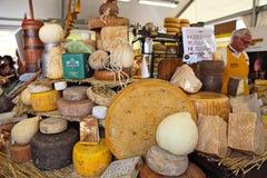 Räder des reifen Käses auf dem Stand. Stockbild
