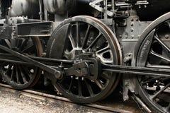 Räder des Weinlesedampfmotors auf Gleis Stockfotos