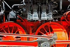 Räder einer alten Lokomotive auf den Schienen Stockfoto