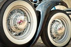 Räder eines alten Ford-Autos Stockbild