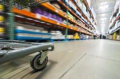 Räder eines Warenkorbes Stockbild