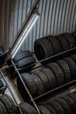 Räder gestapelt in einer Garage Stockbild