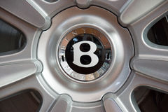 Räder und Bremssystemkomponenten eines Größengleichluxuskabrioletts auto Bentley New Continentals GT V8 Lizenzfreie Stockbilder