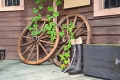 Räder vom Warenkorb mit Stiefeln Stockfotos