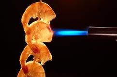 Räka avfyras med en gasgasbrännare royaltyfri bild