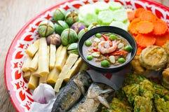 Räka - degsås med grönsaker, omelett, stekte på makrillen Royaltyfri Foto
