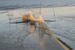 Räka förtjänar i det Wadden havet på lågvatten på solnedgången Royaltyfria Bilder