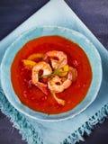 Räka Gazpacho med röd och gul spansk peppar Spansk soppa Arkivfoton