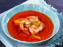 Räka Gazpacho med röd och gul spansk peppar Spansk soppa Royaltyfria Bilder