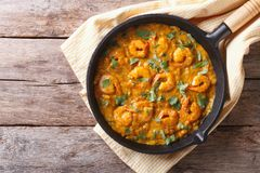 Räka i currysås i pannan horisontalbästa sikt arkivbild