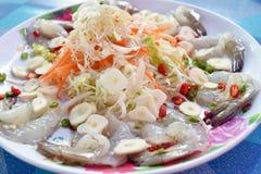 Räka i fisksås med chili och vitlök på maträtt Arkivfoto