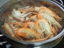 Räka och krabban som lagas mat av ånga i rostfritt stålångare, lägger in Arkivbild