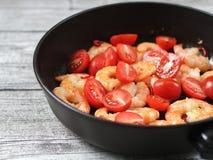 Räka och tomater i en panna royaltyfri bild