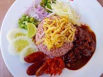 Räka stekte ris med den selektiva fokusen för sött griskött Royaltyfria Bilder